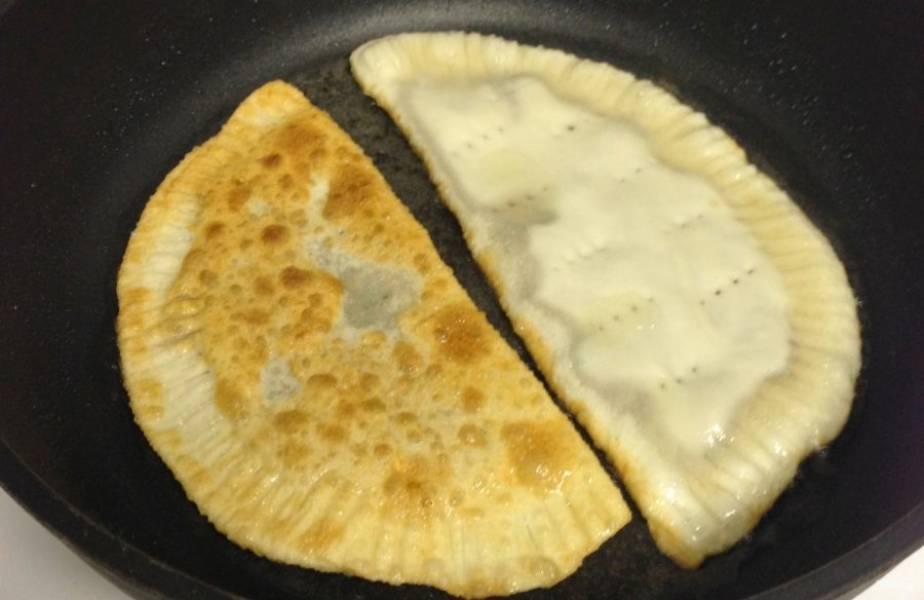 5.Разогрейте сковороду с растительным маслом и выложите чебуреки, обжаривайте до румяной корочки на слабом огне.