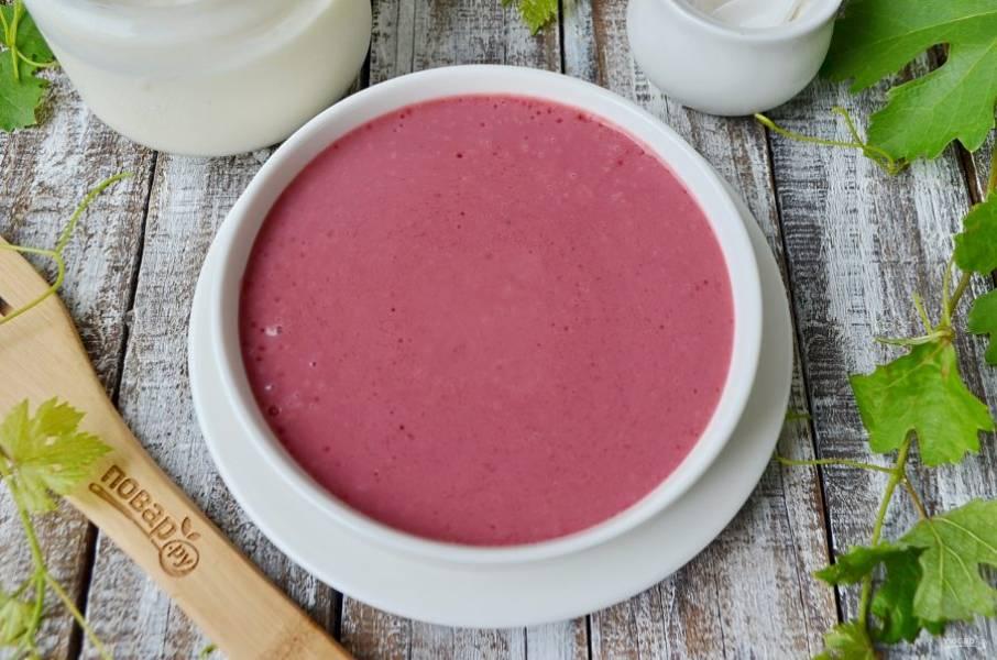 Перелейте суп в тарелочку и украсьте на свой вкус, я положила в центр ягоды и полила сверху сметаной. Приятного аппетита!