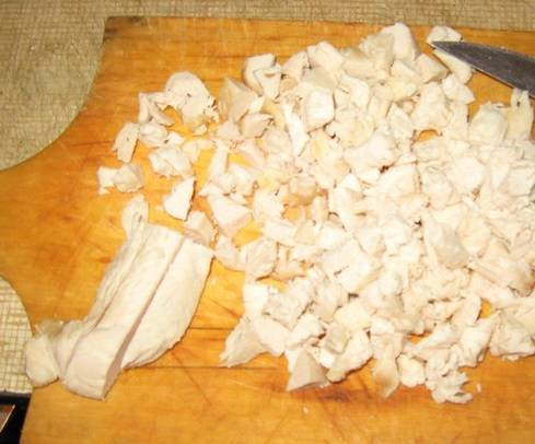 Готовое куриное филе мелко порежьте. Затем чуть подсушите на сковороде, без масла.