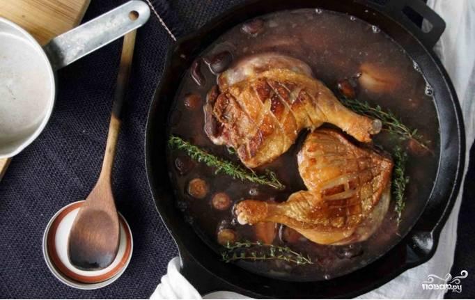 Духовку предварительно разогрейте до 170 градусов. Отправляйте утку тушиться в течении 1,5 часа. После этого проверьте мясо ножом: оно должно быть предельно нежным. Если жидкость будет быстро убывать, добавьте еще бульона. Когда мясо будет готово, верните сковороду на плиту, достаньте тимьян и уберите с поверхности блюда лишний жир. Если соус слишком водянистый, потушите шалот с уткой на сильном огне, пока он не станет достаточно густым. Блюдо готово!