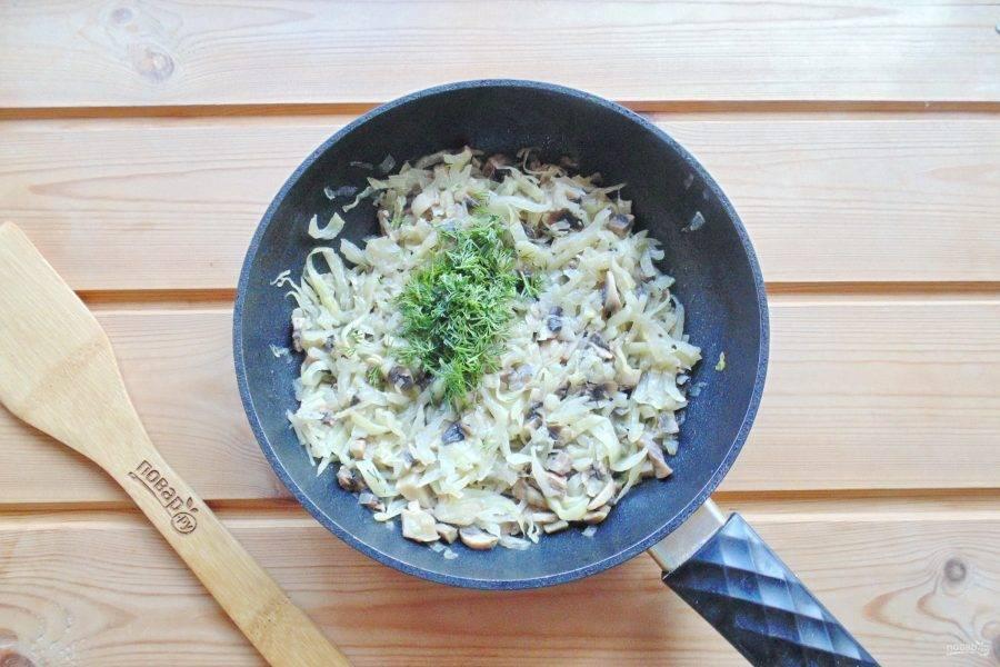 Пока тесто подходит, приготовьте начинку. Капусту нарежьте соломкой. Репчатый лук нарежьте произвольно. Шампиньоны мелко нарежьте. Выложите овощи с грибами в сковороду, налейте подсолнечное масло и немного воды. Накройте сковороду крышкой и тушите до мягкости 20-25 минут. Затем добавьте нарезанный укроп.
