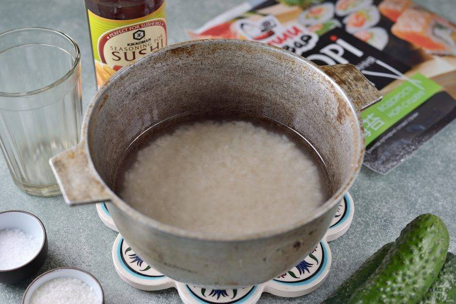 Рис переложите в казанок, промойте его несколько раз. Залейте водой на 2 сантиметра выше крупы, доведите до кипения. Как только вода закипит, накройте казан плотно крышкой и варите рис на самом тихом огне 15 минут.