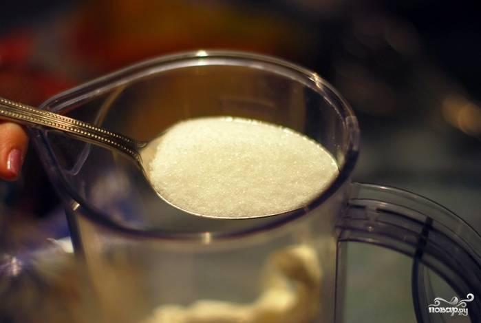 В сметану добавьте 2 ложки сахара и хорошенько все взбейте до загустения.