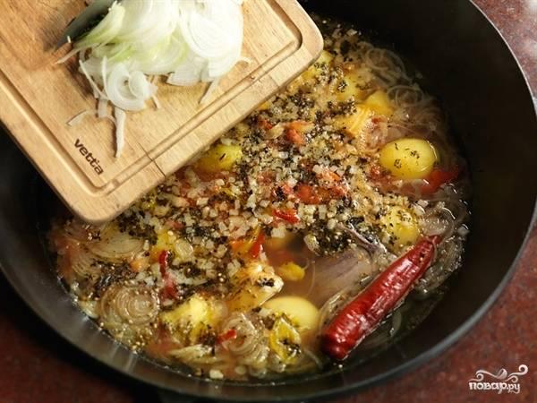 Когда картофель готов проверяем шурпу на соль, вкус и добавляем мелко порезанный сладкий лук. Шурпа готова.