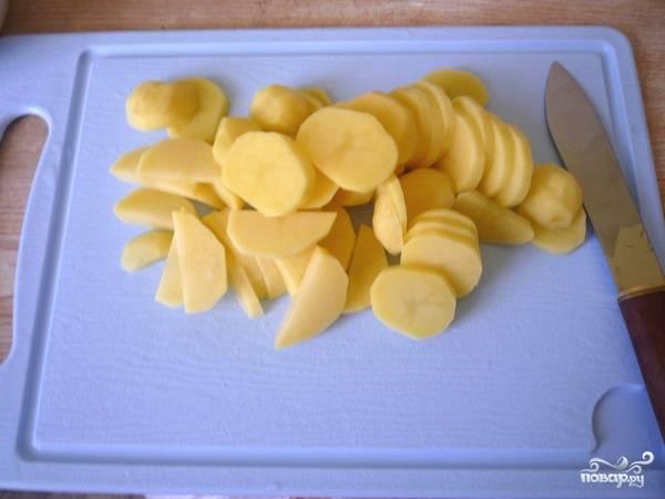 В это время нарезаем картофель кружочками.