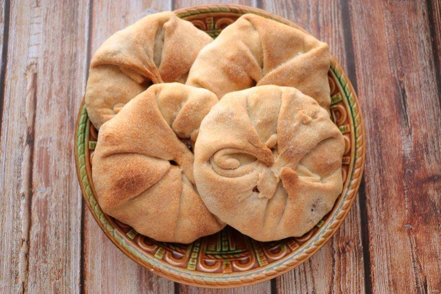 Выпекайте пирожки в разогретой до 180 градусов духовке в течение 35-40 минут до румяной корочки.