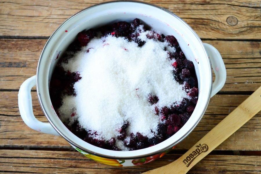 Переложите ежевику в толстодонную кастрюлю и засыпьте сахаром. Оставьте ягоды на 1 час, за это время земляника пустит сок.