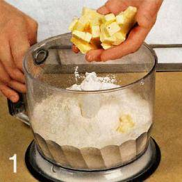 Приготовить тесто. Сливочное масло нарезать кубиками. Муку просеять в чашу блендера, добавить сливочное масло. Перемешивать, пока смесь не будет напоминать крупные крошки. Влить оливковое масло и 2 ст.л. ледяной воды. Взбивать до образования однородного теста.