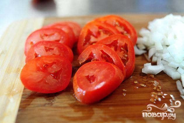 Нарезать помидоры кружками.