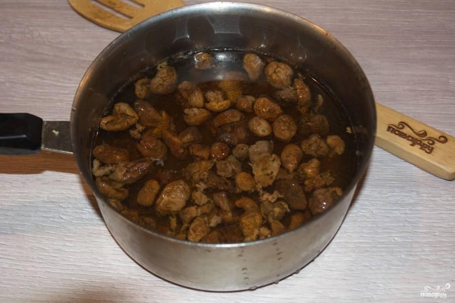 Извлеките отваренные грибы из воды. Добавьте их в сковороду к луку.