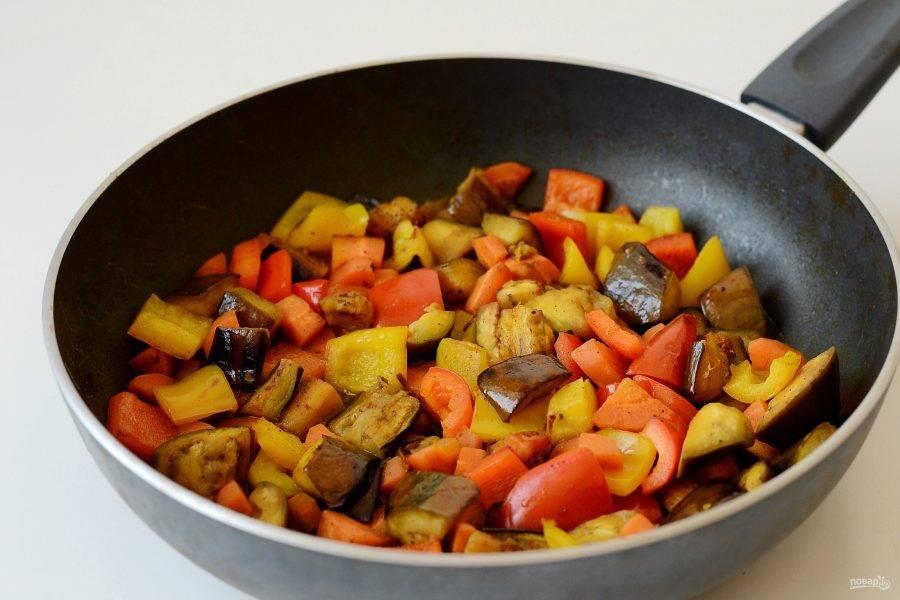 Добавьте в сковороду немного воды и тушите почти до готовности.