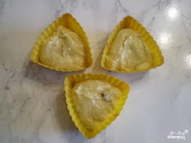 6.Разогреваем духовой шкаф до 200 градусов, в формочки для кексов выливаем тесто и отправляем в духовку на 20 минут.