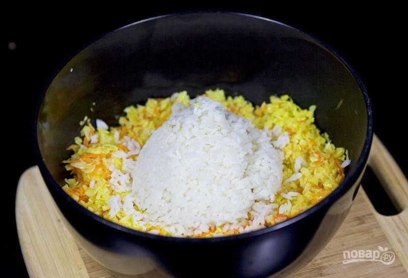 6.В миску к овощам добавьте отварной рис, перемешайте.
