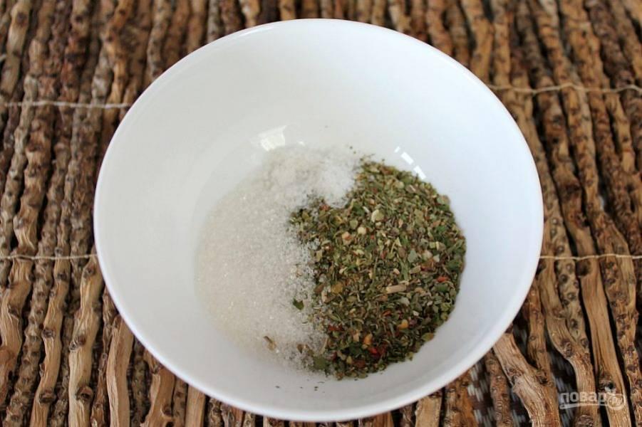 В пиалу насыпаем соль, сахар и смесь пряных трав.