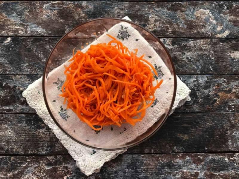В глубокую тарелку выложите морковь по-корейски.