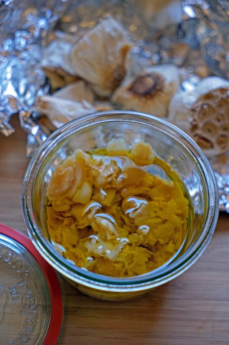 2. Когда чеснок чуть остынет, помещаем его в баночку и заливаем оливковым маслом. Можно перетереть в блендере, можно размять в ступе. Специи - по вкусу. Соус готов!