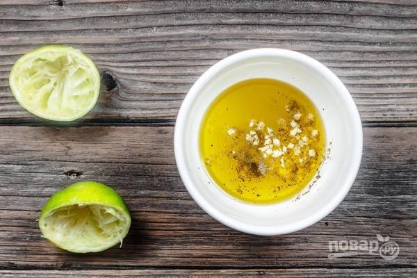 Сделайте заправку, смешав масло с измельчённым чесноком, соком лайма, солью и перцем.