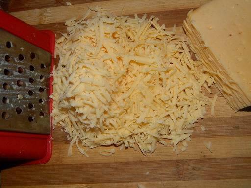 2. Сыр можно натереть и на крупной терке. Выкладываем его поверх белком, и тоже промазываем майонезом.