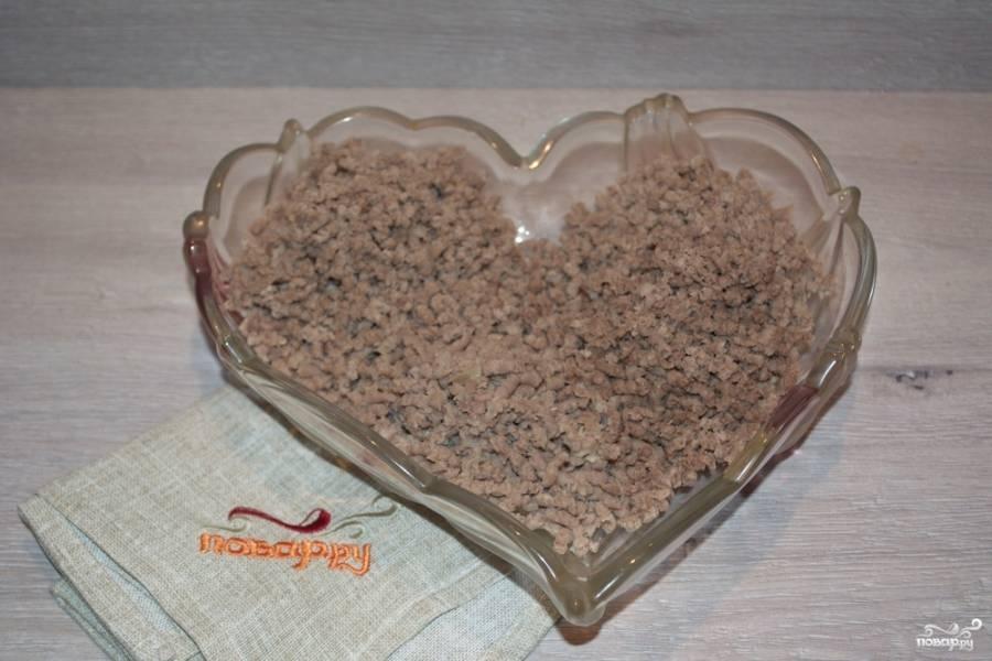 На мясорубке перекрутите отварную говядину. Если нет такого мяса, можно взять сырой говяжий фарш. Обжарить его на растительном масле, в процессе обжарки добавить немного водички и потушить под крышкой, добавив соли, специй.