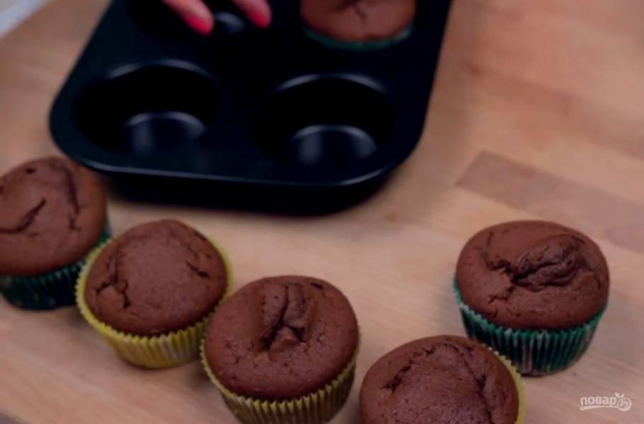 3. Разлейте тесто в формы для кексов и выпекайте в разогретой до 180 градусов духовке 15-20 минут. Готовые капкейки проверьте зубочисткой, она должна быть сухой.