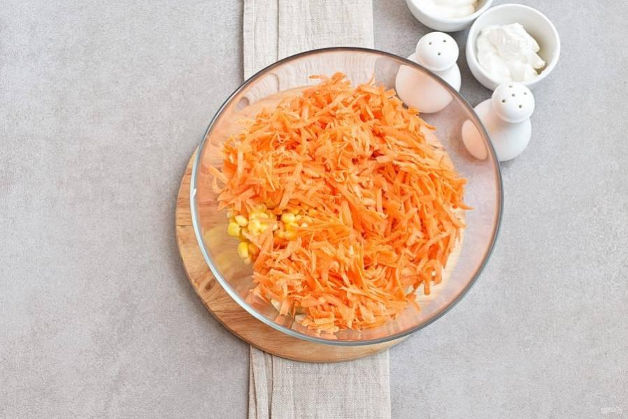 Добавьте натертую на крупной терке морковь.