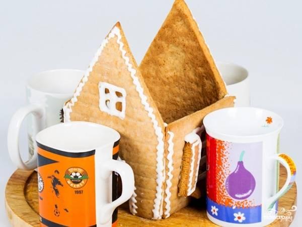 Как декор высохнет, начните скреплять стены домика. Потом поставьте крышку и подоприте её. Оставьте в таком положение на 12 часов.