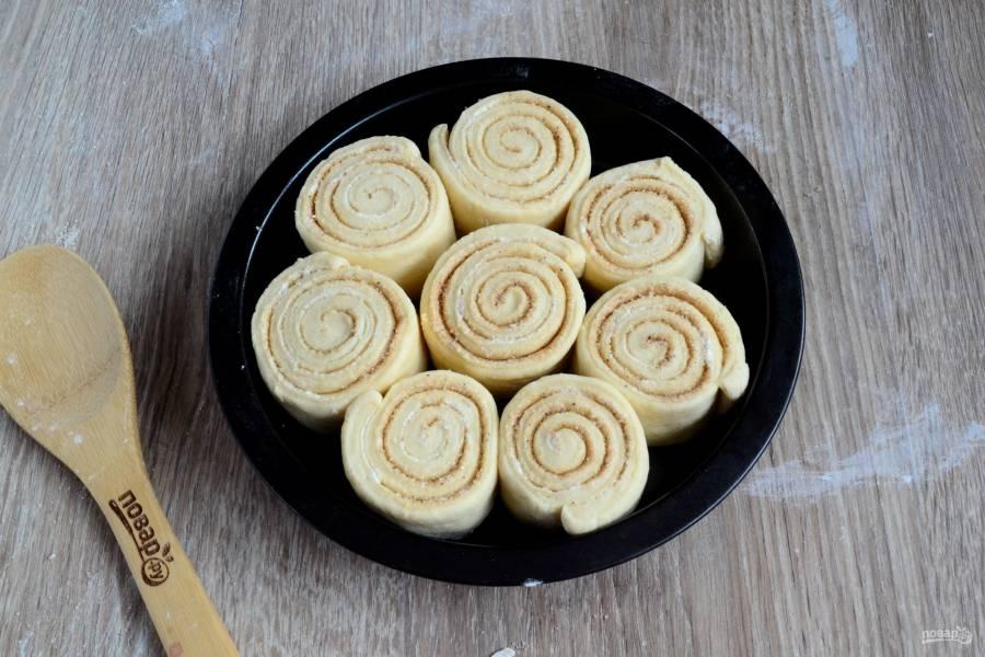 Сложите маленькие рулетики в форму для выпекания, смазанную растительным маслом. Я использую круглую форму диаметром 25 см. Оставьте булочки минут на 20-30, чтобы они отдохнули. Затем отправьте в разогретую духовку до 180 градусов на 25-30 минут. Время приготовления всегда индивидуально, смотрите, чтобы тесто пропеклось и не пригорело.