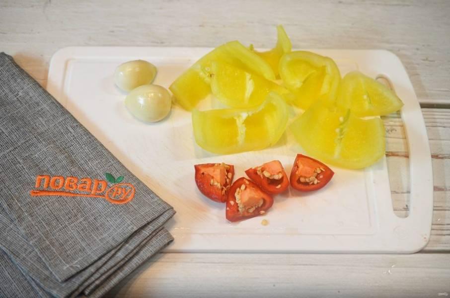 3. У перцев удалите семена и плодоножки, чеснок почистите.