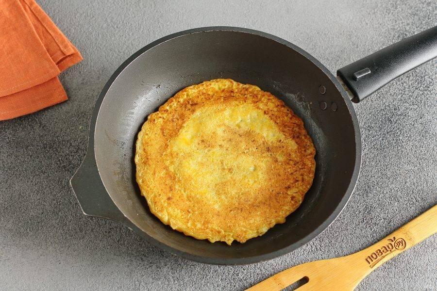 Разогрейте сковороду, смажьте ее маслом и из получившегося теста испеките тыквенные блинчики. На один блин у меня уходит 3-4 ст.л. Просто выкладывайте тесто в сковороду и разравнивайте ложкой, придавая нужную форму.