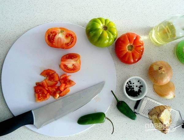 1. Подготовьте все необходимые ингредиенты. Вымойте, обсушите и нарежьте помидорчики. Измельчите лук и перец.