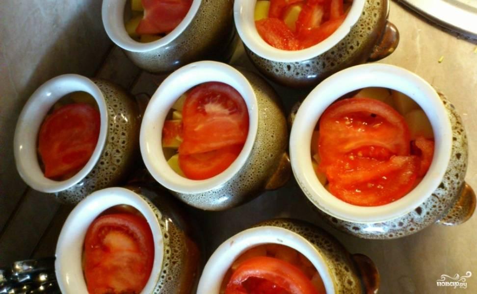 И последним этапом мы нарезаем кольцами помидор и раскладываем по горшочкам. Заливаем их водой, но не до краев и ставим в разогретую до 180 градусов духовку на 1-1,5 часа.