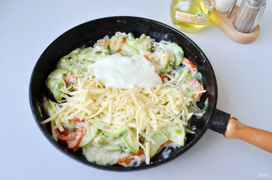 7. Снимите с огня овощи, добавьте 2/3 тертого сыра и майонез, перемешайте, откорректируйте на соль-перец.