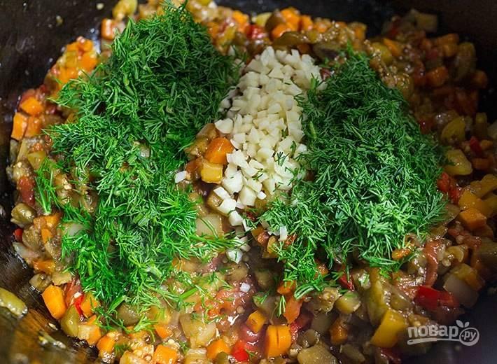 6. Я люблю, когда для овощной икры все овощи порезаны кубиками. Тушится икра до полной готовности около 35 минут.