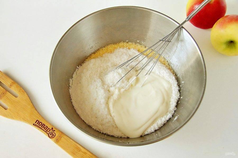 4. Взбейте. Добавьте кокосовую стружку и сметану.