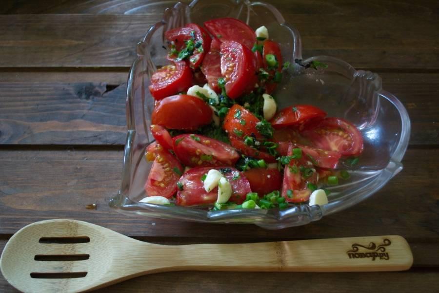 Заправьте помидоры растительным маслом  например, оливковым первого отжима). Лучше брать масло с ярко выраженным вкусом.