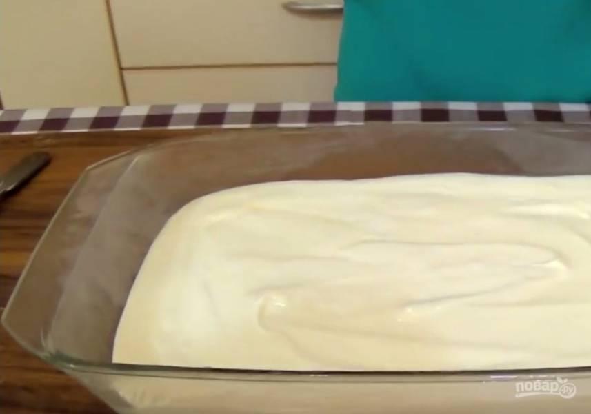 3. Взбитые сливки аккуратно смешайте с остывшим сиропом. Перелейте в широкую емкость, накройте пленкой и поставьте в морозилку на 1 час.