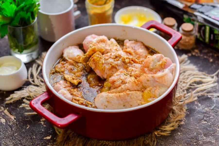 Выложите крылья в форму и залейте соусом. Запекайте 25-30 минут. Спустя время крылья подавайте к столу.