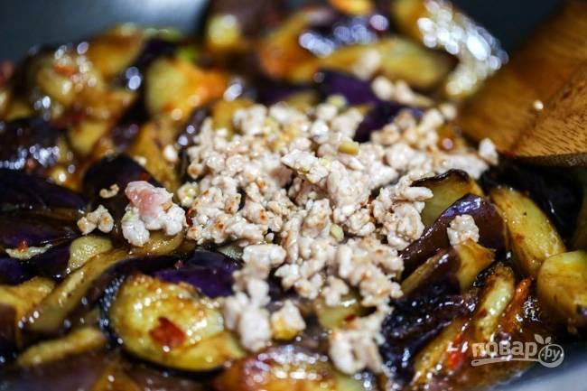 4. Соедините фарш с овощами, добавьте соевый соус, щепотку сахара, перец по вкусу. Перемешайте, томите на огне еще буквально минуту и после добавьте зелень.  Подавайте свинину с баклажанами в азиатском стиле горячей.  Приятного аппетита!