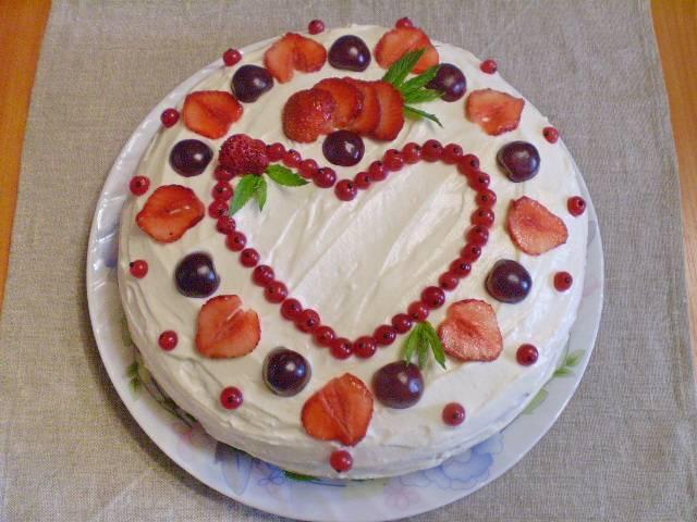 12. Украшаем торт ягодами и ставим в холодильник на 1 час. Готово!