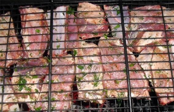 4. Главный секрет приготовления этого блюда в том, что угли должны быть хорошо прогоревшими. В таком случае бараньи ребрышки в домашних условиях равномерно прожарятся на огне и не пересушатся. Ребра выложить на решетку и отправить на угли.