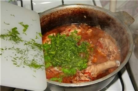 Пока все обжаривается, мы нарезаем мелко помидор, перец и картофель. Выкладываем овощи в казан, добавляем сок от курицы, соль и специи. Накрываем казан крышкой и тушим все 10 минут на среднем огне, в самом конце добавляем измельченную зелень. Примерно через 5 минут огонь можно выключить, а чахохбили разложить по тарелкам. Приятного всем аппетита!