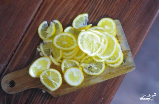 Лимоны нарежьте тонкими дольками.