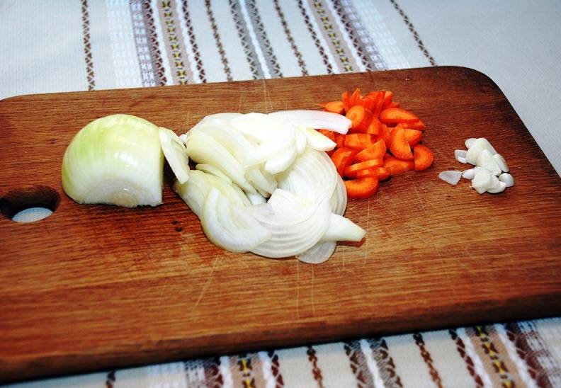 Порежьте картофель, лук, морковь и чеснок.