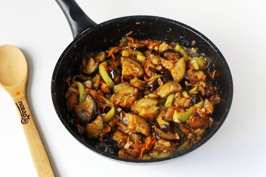 Баклажаны по-кавказски готовы. Дайте блюду настояться, после чего посыпьте свежей зеленью и подавайте к столу.