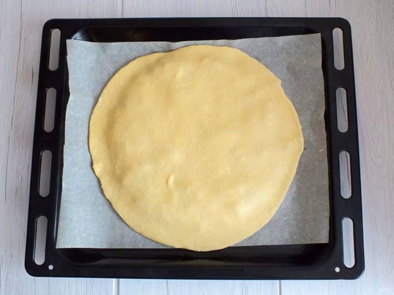 Накройте раскатанным пластом подготовленный пирог.
