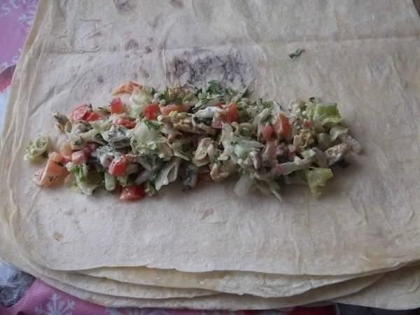 На лист лаваша выкладывем начинку.