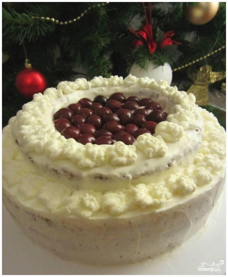 Шаг 12. Украсьте торт сливками. Сверху можно слегка присыпать натертым шоколадом. Приятного аппетита!