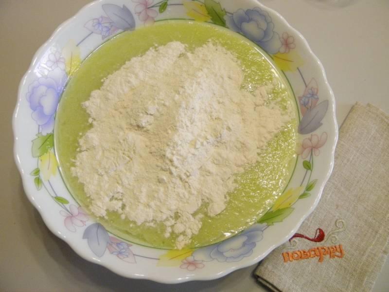 4. Влейте молоко и добавьте просеянную муку. Перемешайте венчиком до образования однородной массы. Можно смешать молоко отдельно с мукой, а потом соединить с кабачковой массой. Делайте, как вам удобно.