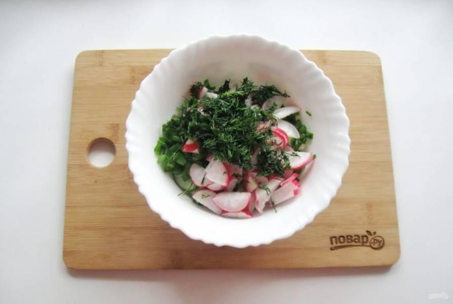 Укроп мелко нарежьте и добавьте в салат.
