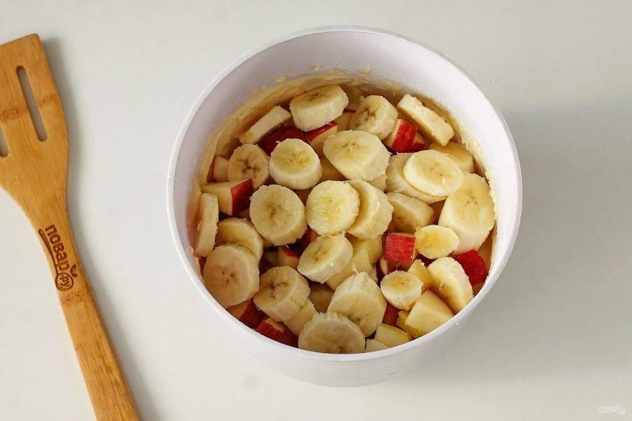Перемешайте тесто до однородного состояния, добавьте нарезанные фрукты.